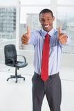 Elegancki Afro biznesmen gestykuluje aprobaty w biurze Zdjęcie Stock