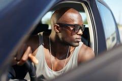 Elegancki afrykański młody człowiek w jego samochodzie Zdjęcia Royalty Free