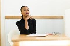 Elegancki afrykanina, czerni kobiety mienia Amerykański podbródek z lub Fotografia Stock