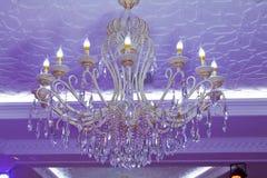 Elegancki antykwarski świecznik Horizontally obramiający strzał Elegancki antykwarski świecznik zaświecający w fiołka świetle pię Zdjęcie Royalty Free