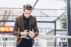 elegancki atrakcyjny facet w kurtce z paszportem i biletami Zdjęcie Stock