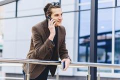 elegancki atrakcyjny facet w kurtce z telefonów biletami i paszportem zdjęcia stock