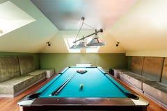 Elegancki basenu stół przy attykiem zdjęcie royalty free