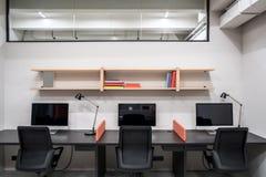 Elegancki biuro w loft stylu z szarymi ścianami Obrazy Stock