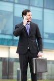 Elegancki biznesmen patrzeje jego zegarek zdjęcia stock