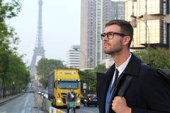 Elegancki biznesmen w Pary?, Francja obraz royalty free