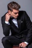 Elegancki biznesowego mężczyzna obsiadanie na krześle podczas gdy zdjęcia royalty free