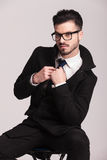 Elegancki biznesowego mężczyzna obsiadanie na stolec Zdjęcie Stock