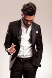 Elegancki biznesowy mężczyzna patrzeje w dół Zdjęcia Stock
