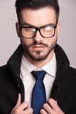 Elegancki biznesowy mężczyzna jest ubranym szkła Obrazy Royalty Free
