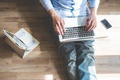 Elegancki biznesowy multitasking multimedii mężczyzna Zdjęcie Royalty Free