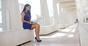 Elegancki bizneswoman pracuje outdoors zdjęcie wideo