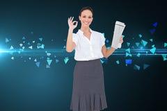 Elegancki bizneswoman robi gestowi podczas gdy trzymający gazetę Zdjęcie Royalty Free
