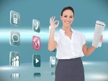 Elegancki bizneswoman robi gestowi podczas gdy trzymający gazetę Fotografia Stock