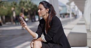 Elegancki bizneswoman sprawdza jej telefon wiadomości zbiory wideo