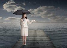 Elegancki bizneswoman trzyma parasol Obrazy Stock