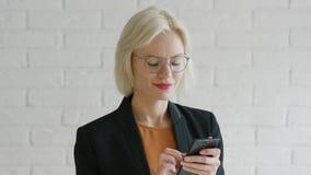 Elegancki bizneswoman wyszukuje smartphone zbiory