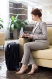 Elegancki bizneswomanu czekanie w hotelu lobby zdjęcia royalty free