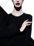 Elegancki blode w geometrycznym czarny i biały tle fotografia royalty free