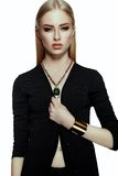 Elegancki blond młoda kobieta model z jaskrawym makeup z perfect czystą skórą Obrazy Stock