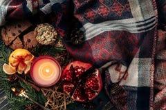 Elegancki bożego narodzenia mieszkanie kłaść z świeczką i teraźniejszość z czerwonym ziobro Zdjęcia Stock