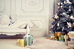 Elegancki Bożenarodzeniowy wnętrze dekorujący w jaskrawych colours Obrazy Royalty Free