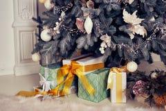 Elegancki Bożenarodzeniowy wnętrze dekorujący w jaskrawych colours Obraz Royalty Free