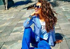 Elegancki brunetka model w modnisiu odziewa outdoors Zdjęcie Stock