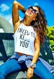 Elegancki brunetka model w modnisiu odziewa outdoors Obrazy Stock