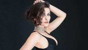 Elegancki brunetki kobiety pozować Zdjęcia Royalty Free