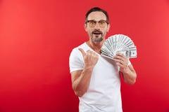 Elegancki caucasian mężczyzna 30s w przypadkowej białej koszulce jest ubranym glasse obrazy stock