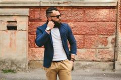Elegancki chłodno brodaty mężczyzna bierze daleko jego szkła Fotografia Royalty Free
