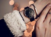 Elegancki czarny zegarek na kobiety ręce Zdjęcie Royalty Free