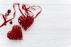 Elegancki czerwony serca mieszkanie kłaść na białym drewnianym tle Szczęśliwy Va Obrazy Stock
