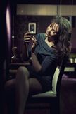 elegancki damy smartphone używać Zdjęcia Royalty Free