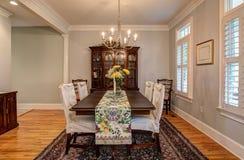 Elegancki diningroom z pięknymi meblowaniami zdjęcia royalty free