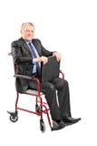 Elegancki dojrzały biznesmena obsiadanie w wózku inwalidzkim Zdjęcia Royalty Free