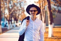 Elegancki dorośleć mężczyzna w kapeluszu i okularach przeciwsłonecznych obrazy stock