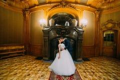 Elegancki elegancki fornal całuje jego powabnej żony zamacza ona w bogatym wnętrzu stary klasyczny dwór Fotografia Royalty Free