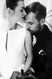 Elegancki elegancki fornal delikatnie całuje w naramiennej wspaniałej pannie młodej Zdjęcia Royalty Free