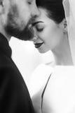 Elegancki elegancki fornal delikatnie obejmuje wspaniałej panny młodej w świetle Obraz Royalty Free