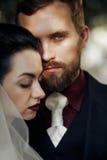 Elegancki elegancki fornal patrzeje delikatnie wspaniałej panny młodej w miękkiej części l Fotografia Stock