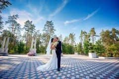 Elegancki elegancki fornal z jego szczęśliwą wspaniałą panną młodą całuje w parku Zdjęcia Royalty Free