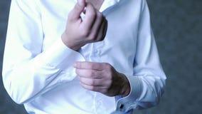 Elegancki fornal zapina jego koszulowych mankieciki przygotowywa dla ślubnej sukni zbiory wideo