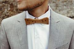 Elegancki fornala ` s łęku drewniany krawat, zamyka up na tło skałach przy fotografia royalty free