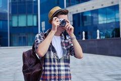 Elegancki fotograf bierze fotografie z rocznik kamerą Fotografia Stock