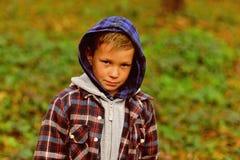 elegancki i modny Elegancka chłopiec Chłopiec sztuka plenerowa Śliczny dziecko na naturalnym krajobrazie Chłopiec wewnątrz obrazy stock