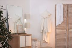 Elegancki izbowy wnętrze z falcowanie ekranem, drewniany gabinet fotografia royalty free