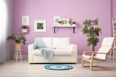 Elegancki izbowy wnętrze z wygodną kanapą zdjęcie royalty free