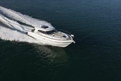 Elegancki jachtu żeglowanie przez morza Obrazy Royalty Free